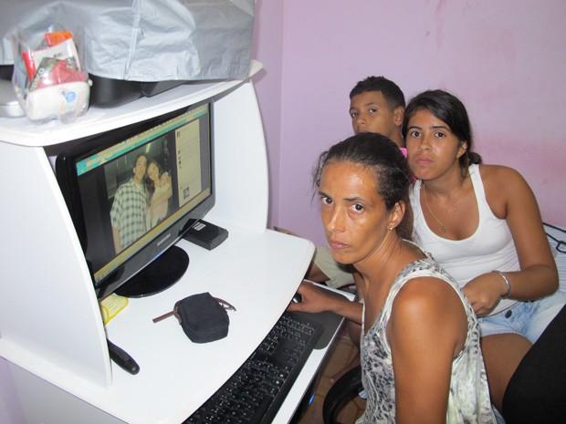 Valéria e os outros dois, filhos Carla e Rodrigo, com a imagem de Júlia e o namorado no Facebook (Foto: João Bandeira de Mello/G1)