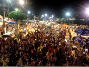 Cerca de 2000 pessoas passaram pela orla no desfile da Libes (Foto: Luti Gomes/ G1)