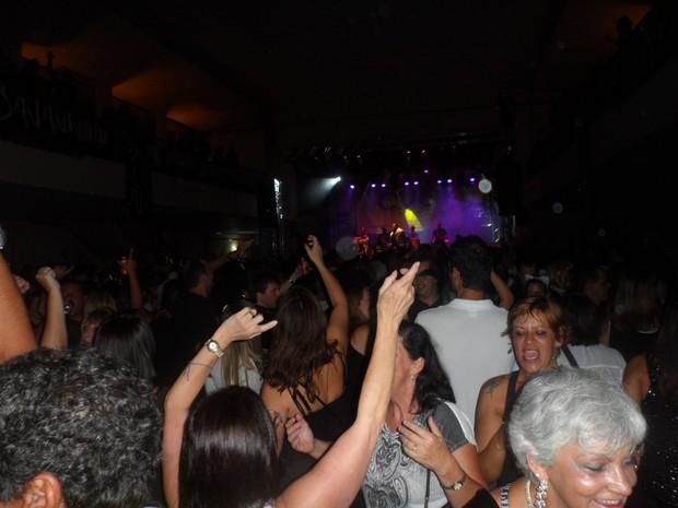 Foliões lotaram o Clube Petropolitano no Baile do Preto e Branco (Foto: Andreia Constâncio)