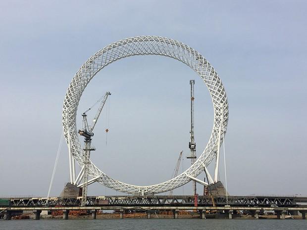 China inaugura a maior roda gigante do mundo sem aros centrais (Foto: © xinhua)