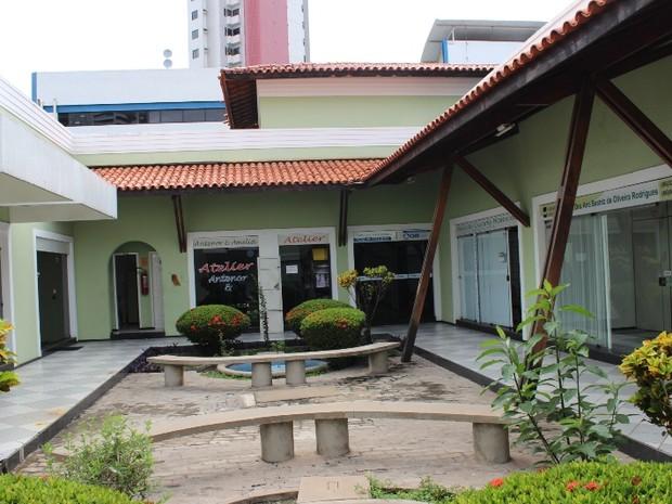 Centro comercial abriga 13 lojas e cinco delas foram arrombadas nesta quinta (18)  (Foto: Gil Oliveira/ G1)