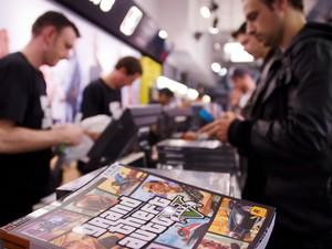 Em Londres, no Reino Unido, as lojas de games também abriram à 0h para começar as vendas do game 'Grand Theft Auto V' (Foto: Leon Neal/AFP)