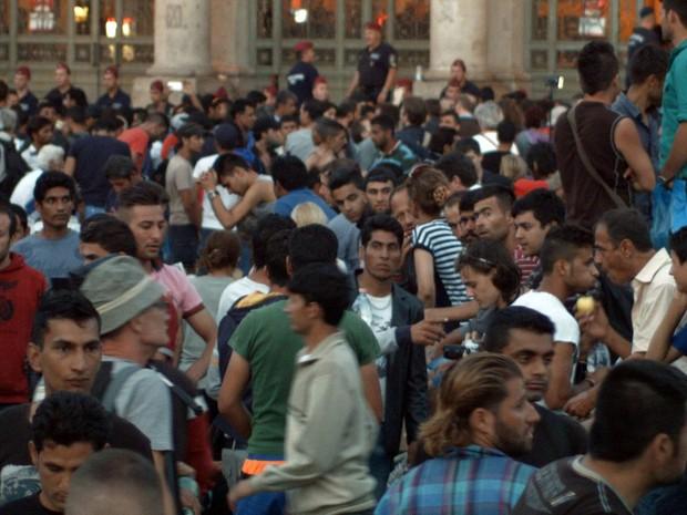 Milhares de migrantes se reúnem na frente da estação de Keleti em busca da oportunidade de embarcar em um trem para a Alemanha. (Foto: Márcio-André de Sousa Haz/ Arquivo pessoal)