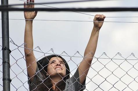 Aline (Vanessa Giácomo) tenta fugir da prisão no último capítulo de 'Amor' (Foto: TV Globo)