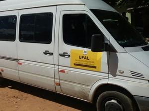 Micro-ônibus em que viajavam estudantes da Ufal (Foto: Divulgação/Polícia Civil)