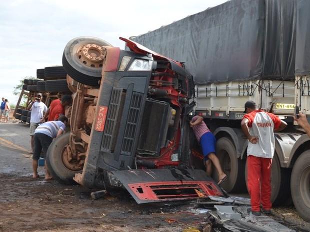 Duas carretas se chocaram na BR-364, em Jaru, RO (Foto: Elaine Rocha/Jaru online)