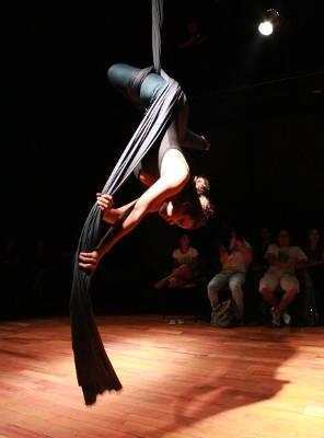 Elenco explora técnicas circenses no espetáculo, como o tecido aéreo (Foto: Divulgação/Débora Flor)