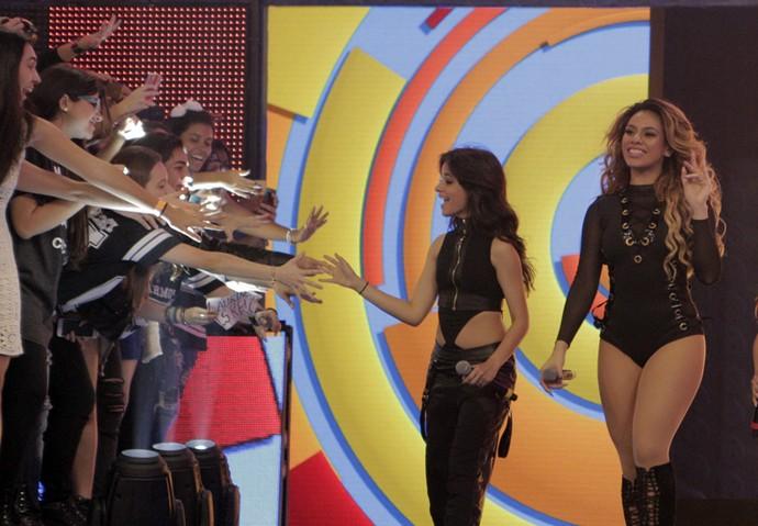Camila Cabello cumprimenta fãs no 'Caldeirão' (Foto: Inácio Moraes / Gshow)