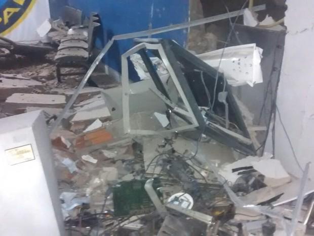 Caixas eletrônicos foram explodidos (Foto: Divulgação/1ª Cia Independente)