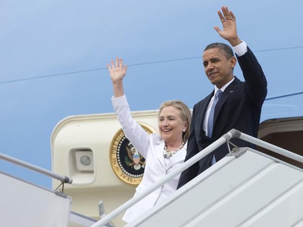 Presidente dos EUA, Barack Obama, e a secretária de Estado, Hillary Clinton, chegam nesta segunda-feira (19) ao Aeroporto Internacional de Yangon, em Myanmar. Esta é a primeira visita a Mianmar de presidente dos EUA.  (Foto: AP Photo / Carolyn Kaster)