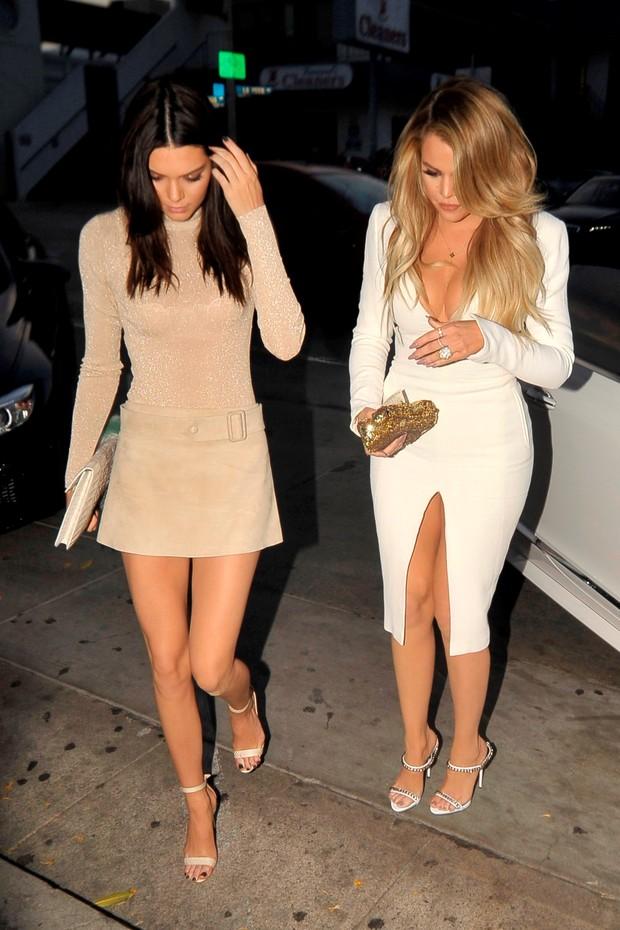 Kendall Jenner e Khloe Kardashian em restaurante em Los Angeles, nos Estados Unidos (Foto: AKM-GSI/ Agência)