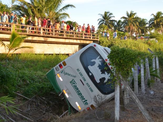 Ônibus saiu pista na estrada de Lucena (Foto: Walter Paparazzo/G1)