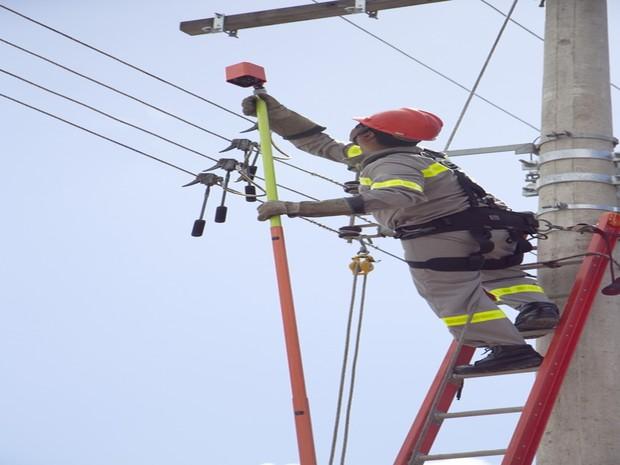 EDP Brasil faz reparos na rede elétrica, em Mogi das Cruzes (Foto: Cacalos Garrastazu/EDP Brasil)