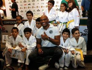 Anderson Silva com crianças na entrevista coletiva (Foto: Cezar Louzeiro / Agência O Globo)