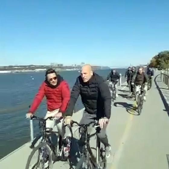 Os amigos argentinos na ciclovia á beira do rio Hudson (Foto:  Reprodução)