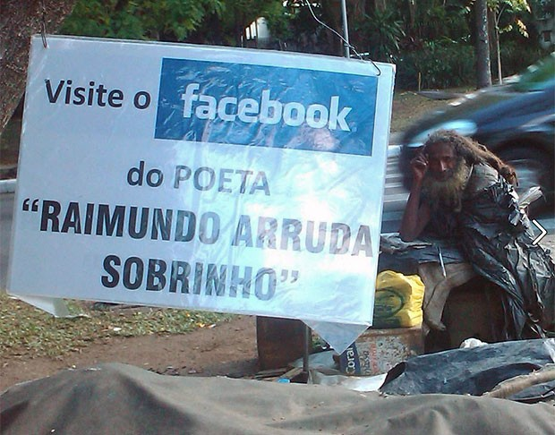 Shalla montou uma placa para promover a p&#225;gina de Raimundo no Facebook (Foto: Arquivo pessoal)