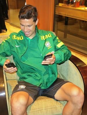 hernanes brasil celular (Foto: Alexandre Lozetti)