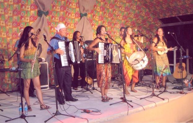 (Foto: Lucy Alves e Dominguinhos no palco com Clã Brasil (Foto: Arquivo pessoal))