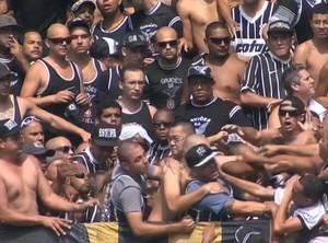 Torcedores do Corinthians brigam entre si antes do clássico contra o Palmeiras (Foto: Reprodução SporTV)