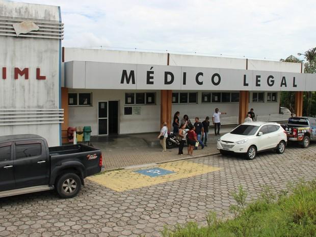 Funciários da Secretaria de Segurança Pública no IML (Foto: Suelen Gonçalves/ G1 AM)