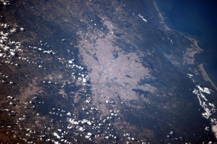Imagem feita na tarde desta quinta-feira (12) mostra o céu de São Paulo quase sem nuvens no momento exato do início da partida entre o Brasil e a Croácia, na Arena Corinthians (Foto: Reprodução/Twitter/@Astro_Alex)