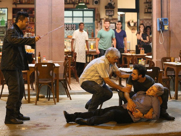 Felipe entra em pânico após ferir Cláudio (Foto: Isabella Pinheiro/ Gshow)