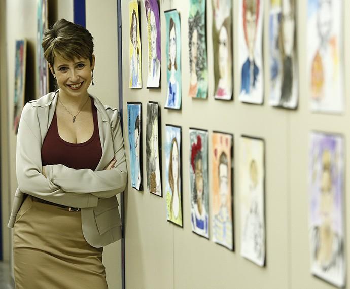 Maureen Miranda posa entre seus desenhos em homenagem aos personagens da novela (Foto: Raphael Dias/Gshow)