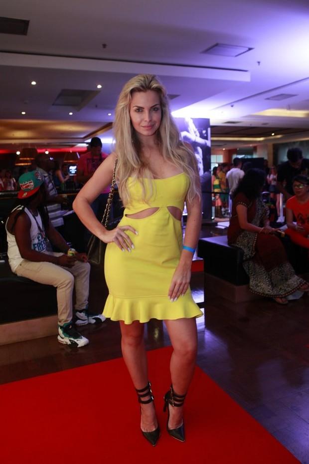 Veridiana de Freitas na festa da Budweiser (Foto: Isac Luz / EGO)