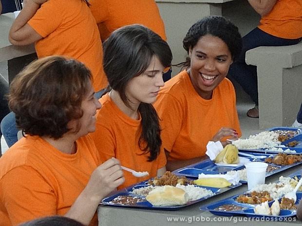 Detentas riem da cara de Carolina (Foto: Guerra dos Sexos / TV Globo)