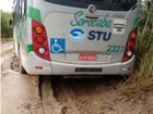 Ônibus fica atolado em estrada de terra em Sorocaba