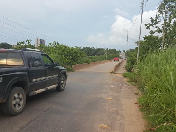Ponte atual sobre o Rio Urupá permite passagem de um veículo por vez (Foto: Marco Bernardi/ G1)