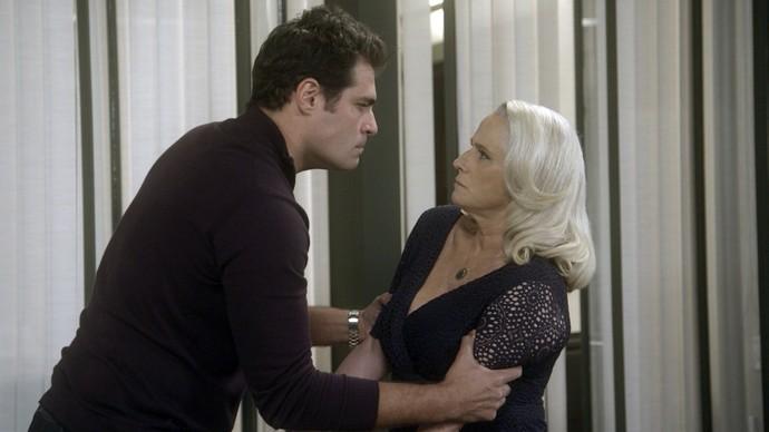 Ciro pega Mág pelos braços e pede seu dinheiro de volta (Foto: TV Globo)