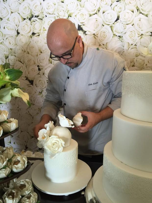 Alex Alvino monta o bolo de casamento de Felipe Simas e Mariana Uhlmann (Foto: Reprodução/Instagram)