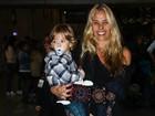 Sem maquiagem, Adriane Galisteu embarca com o filho para os EUA