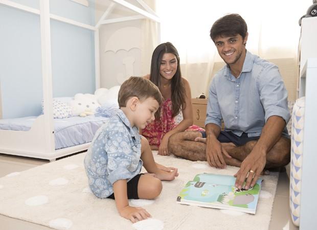 Felipe Simas e Mariana Uhlmann com o filho, Joaquim (Foto: Felipe Panfili/Divulgação)