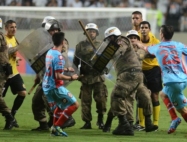 Arsenal de Sarandi confusão policia, Atlético-MG (Foto: AP)