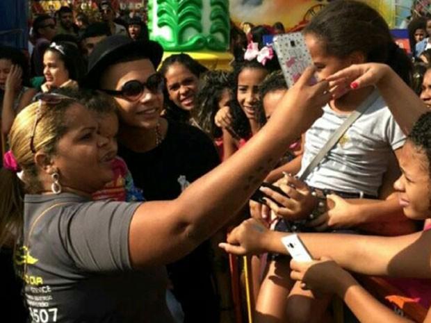 MC Duduzinho com fãs em evento na Zona Norte do Rio (Foto: Lucas Fontinelle/ Divulgação)