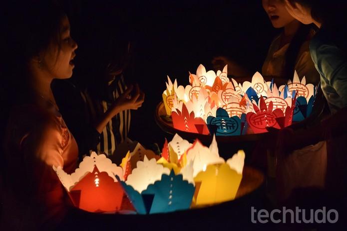 Veja se tem algum evento acontecendo na cidade; Esse, Festival da Lua Cheia, no Vietnã, proporcionou imagens incríveis  (Foto: Juliana Pixinine/TechTudo)