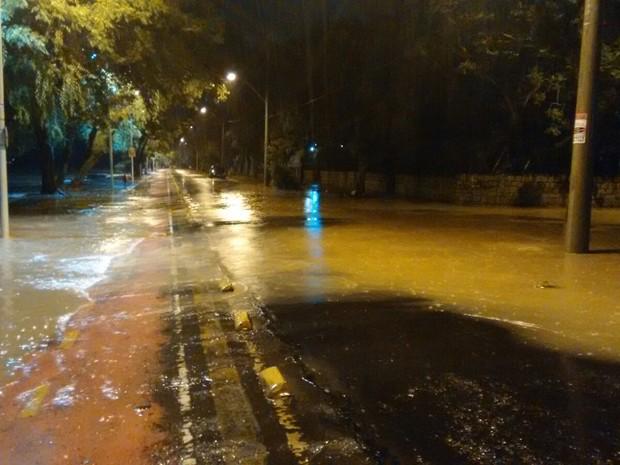 Águas avançaram pela Avenida Guaíba, na praia de Ipanema, em Porto Alegre (Foto: Dayanne Rodrigues/RBS TV)
