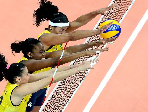 bloqueio do Brasil na partida de vôlei contra a China (Foto: AFP)