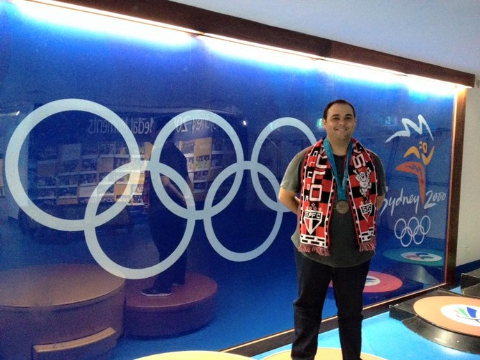No Sydney Olympic Park Aquatic Centre, Diogo subiu no pódio para tirar foto com medalha de Edvaldo (Foto: Divulgação)