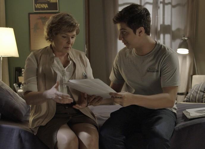 Mateus mostra os seus desenhos para a mãe (Foto: TV Globo)