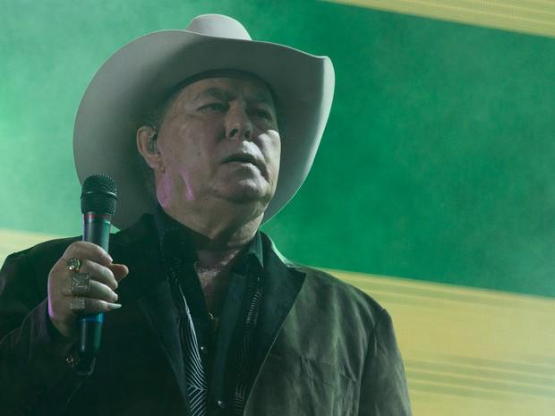 Milionário veste chapéu em show na Festa do Peão de Barretos. (Foto: Érico Andrade/G1)