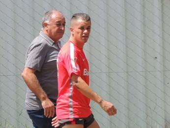 D'Alessandro retorna de treino com seu pai (Foto: Tomás Hammes / GloboEsporte.com)