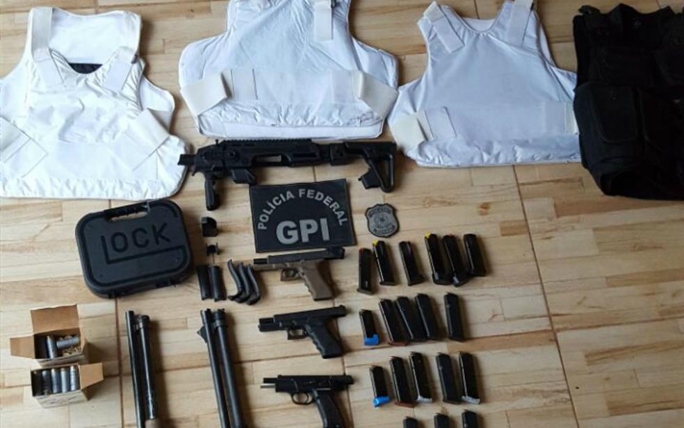 Armas, coletes e munições apreendidas em operação contra quadrilha (Foto: PF/ Divulgação)