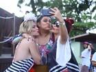 Fernanda Souza e Ludmila Dayer emendam bloco com feijoada