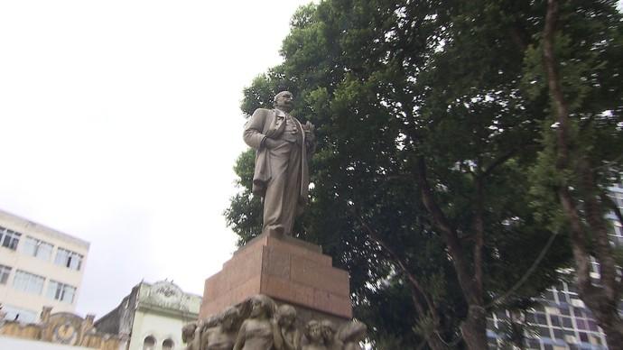 Arquiteto Chico Senna apresenta o monumento ao Barão do Rio Branco (Foto: TV Bahia)