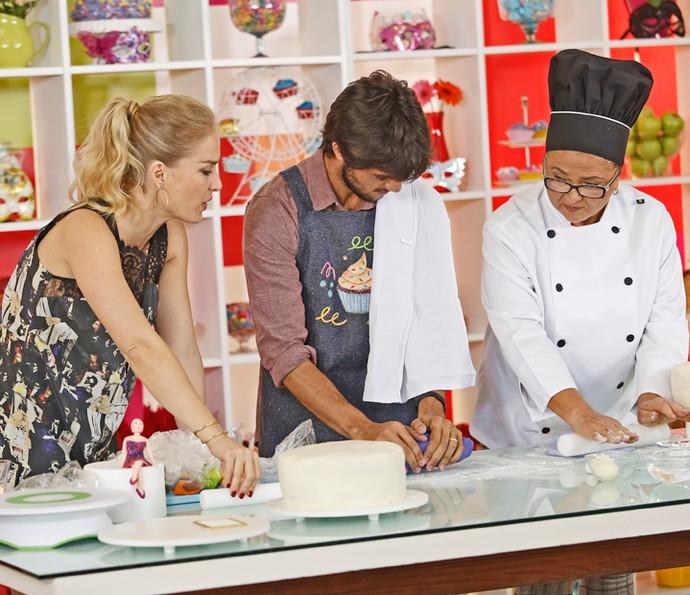 Felipe Simas coloca a mão na massa para preparar bolo para Marina Ruy Barbosa (Foto: Raphael Dias / Gshow)
