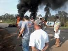 Contra derrubada, grupo bloqueia DF-001 com pneus queimados