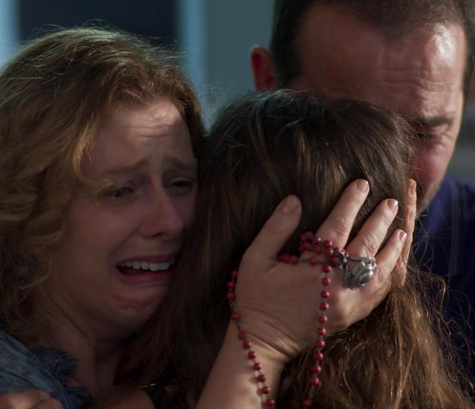 Nanda e os pais de Filipe se abraçam emocionados (Foto: TV Globo)